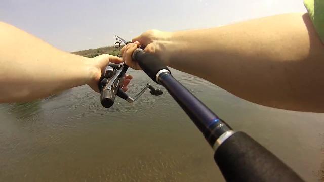 강에서 낚았던 물고기 크기가 . .