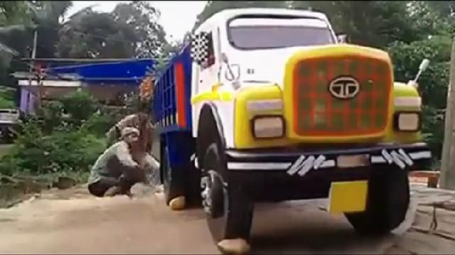 장난감 자동차 청소하는 남자들