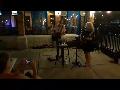 무대에서 노래하는 이웃을 응원하며 이웃끼리 정을 나누는 우리이웃들
