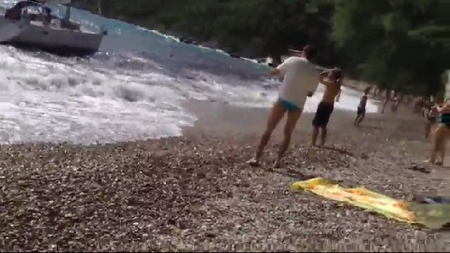 해변에서 침몰하는 요트