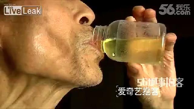 자신의 소변을 마시는 남자