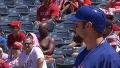 야구장에서 선탠을 즐기는 관중
