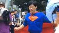 사람들의 시선 사로잡은 슈퍼맨