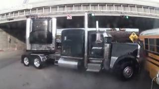 안전벨트 착용의 중요성... 美 하굣길 학교 버스 덮친 트레일러트럭 [비디오머그] 20170120