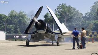 단발 프로펠러 전투기 이륙 준비