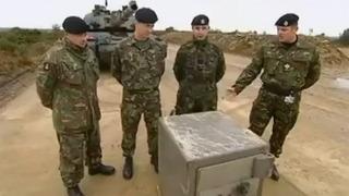 군인들은 금고 이렇게 연다네요