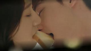 열애설로 화제 된 식빵 키스