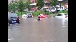 홍수현장에서 수영을..