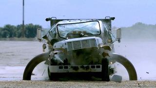 트럭과 부딪쳐도 끄떡없는 이것