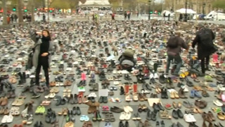 광장에 많은 신발이 놓인 이유