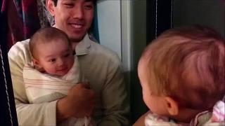 자기 얼굴 본 아기 반응