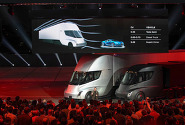 테슬라, 첫 전기 트럭 '세미' 공개..한 번 충전으로 804km 주행