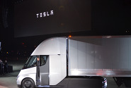 [포토] 테슬라 첫 전기트럭 '세미'에서 내리는 일론 머스크