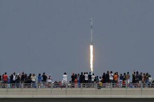 미국 우주탐사기업 스페이스X의 유인우주선 '크루 드래건' 성공적 발사
