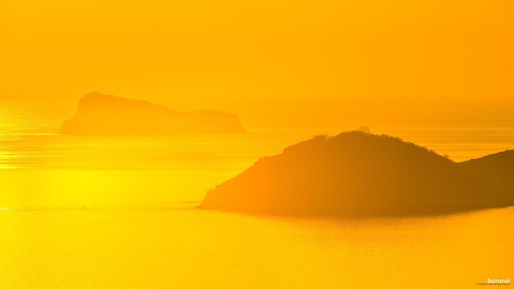 해남의 땅끝마을의 석양에 물든 황금물결과 철..