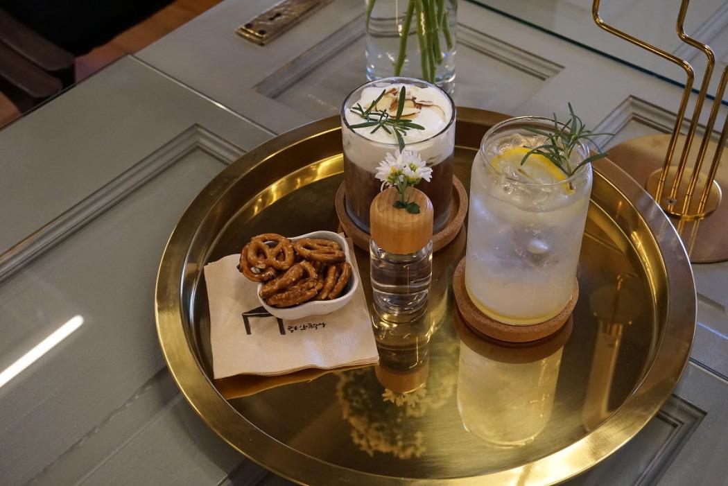대전 선화동 카페 추천 하얀책상