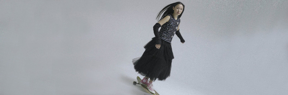 샤 스커트 입고 스케이트 보드