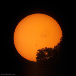 거대한 태양 흑점들과 일몰