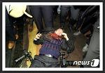 [Hot Issue] 중국 경호원의 한국 기자 폭행, 그러나 싸늘한 시선들...