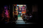 플로리안 뮬러(Florian Mueller)가 찍은 상하이 밤의 뒷골목에 있는 조그만 가게들
