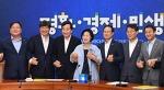[서울신문]밝은 표정으로 손 맞잡은 당ㆍ정ㆍ청