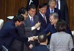 [연합 포토뉴스]여야 의원과 인사나누는 문 대통령