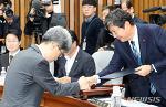 [뉴시스]악수하는 이춘석 위원장과 김상환 대법관 후보자