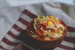 차가운 양배추 샐러드. 코울슬로 만들기