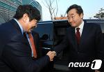 [뉴스1] 이춘석 의원과 악수하는 이낙연 총리