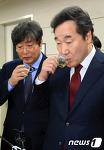 [뉴스1] 무궁화 블렌딩 차 마시는 이낙연 총리와 이춘석 의원