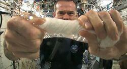 우주에서 젖은 수건을 짤 수 있을까?