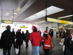 외국 친구들과 함께 역에서 크리스마스 캐롤을!