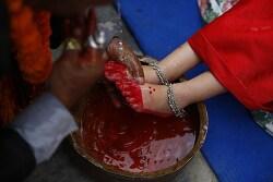 네팔 살아있는 여신 '쿠마리' 의상을 입고 행운을 비는 소녀들 [포토]