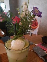 잇테이블 그린티라떼, 꽃과 함께 먹다
