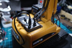 [DIY] 대륙의 HUINA TOYS RC 중장비 굴삭기 집게크레인? 포크레인 장난감 개조 - 18650 홀더를 이용한 배터리 개조