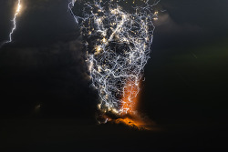 Incredible Photos Capture Powerful Lightning Storms Over Volcano Eruptions 경이롭기까지 한 화산분화 번개폭풍 찰라 사진