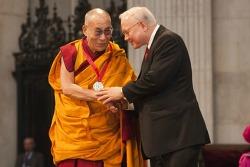 티베트 정신적 지도자 달라이 라마, 약 20억원의 큰 상금은 어디에 썼을까?