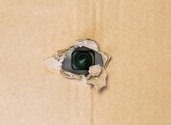 강렬한 LED 플래시로 몰래 카메라를 찾는 스파이파인더 프로