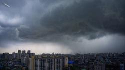 태풍이 온다는 장마철을 알리는 비구름의 서울하늘