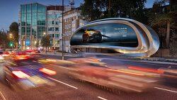교통 역동성 표현한 자하 하디드의 스틸 광고 보드, 공공 예술로 주목받아.