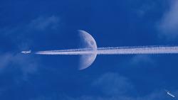 Emirates Airline 에미레이트항공의 비행기 A380이 가로질러가다.