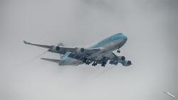 HL7402 Boeing 747-400 태풍 솔릭이 지나가고 강한 바람과 구름속에서