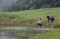 부남슬로공동체, 돌무덤 맨손 물고기 잡기 체험