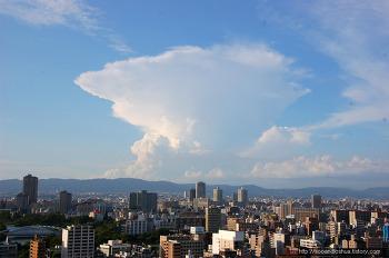 일본 오사카에 원자 폭탄 버섯 구름 출물하다 !! - 오사카 성 천수각