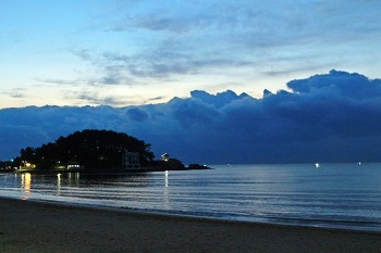 동쪽 수평선의 명박산성 구름