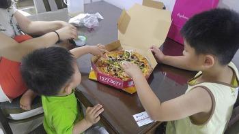 피자 하나에 열공하는 첫째아들