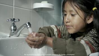 당신이 양치질을 하는 동안 잠그지 않은 수도꼭지를 통해 버려지는 물을 세계의 누군가는 한달간 사용할 수 있습니다, 치약 브랜드인 콜게이트(Colgate)의 TV 공익광고 - 'Making Every Drop of Water Coun..