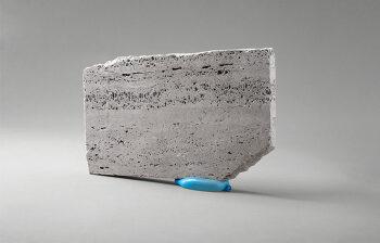 대리석과 풍선을 이용한 불안과 균형을 담은 사진 시리즈 에어(Air)