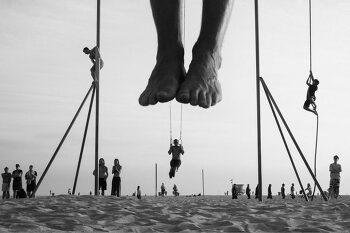착시같은 독특한 관점의 해변 흑백사진을 찍는 Moises Levy 사진가