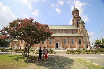 전주 한옥마을 전동성당. 한옥마을 제일 큰 건물이 성당